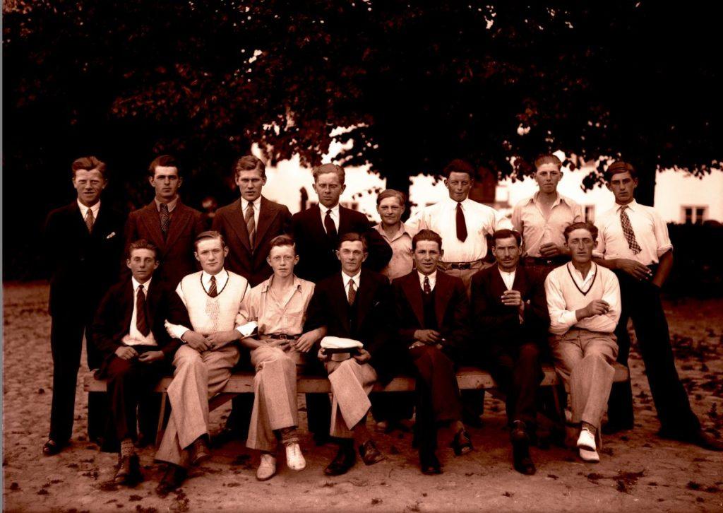 10.12  Hvem er disse personer ?  Der står 1934 på æsken.