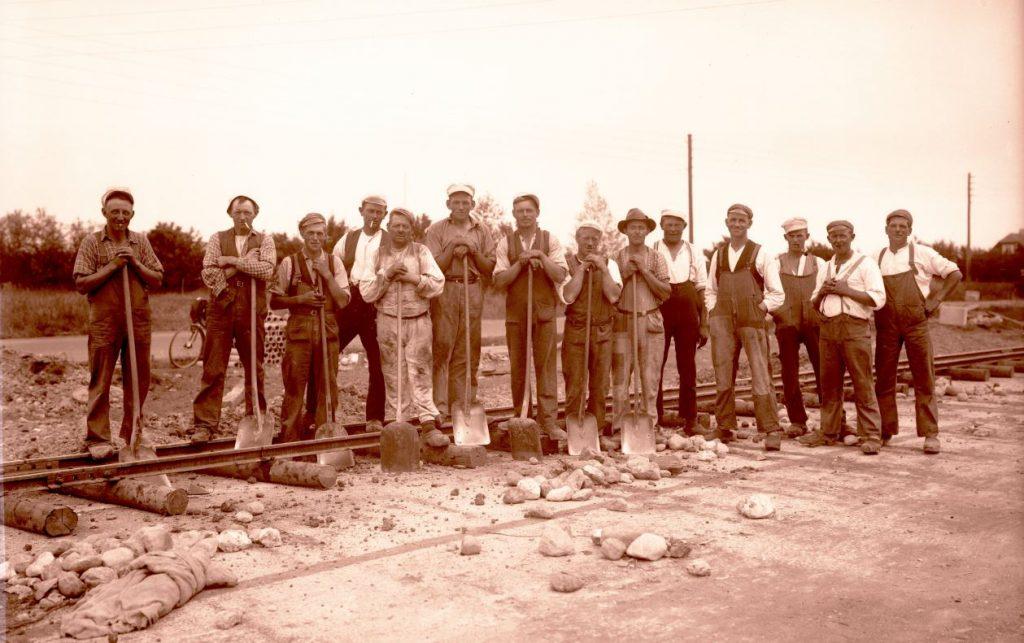10.6  Ukendt sporarbejde.Der står 1934 på æsken.