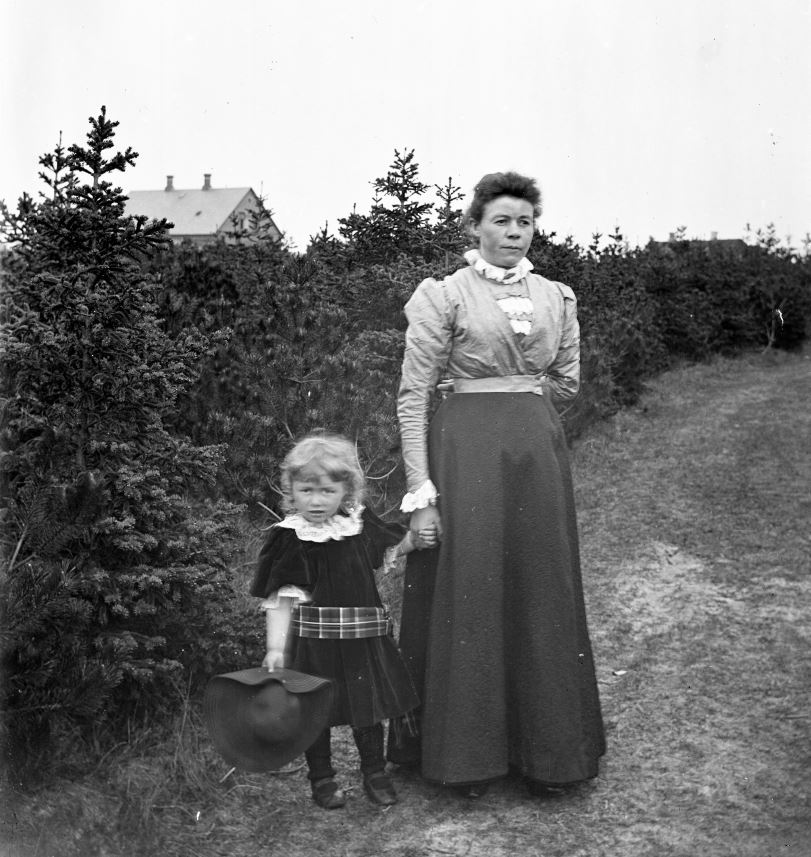 11.3  Johanne Hansen, f. Knudsen med datteren Agnes. Johanne var faster til Marius Knudsen og boede i Cornwall, England
