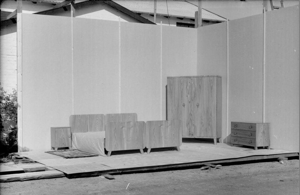 14.14  Formodentlig udstillingsinteriør med møbler som Marius Knudsens far, Christian Knudsen havde fremstillet.  Der står 1948 på æsken.