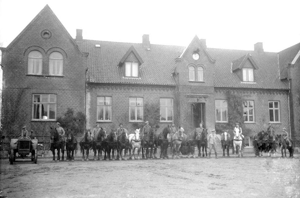 15.17  Assendrup Hovedgård, 4690 Haslev  Der står 1942-43 på æsken