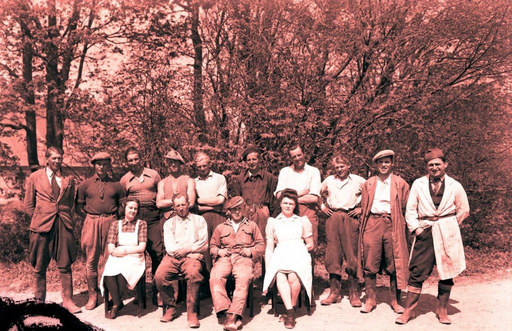17.12  Ukendt landbrug.   Æsken mærket 1942  Skadet negativ.