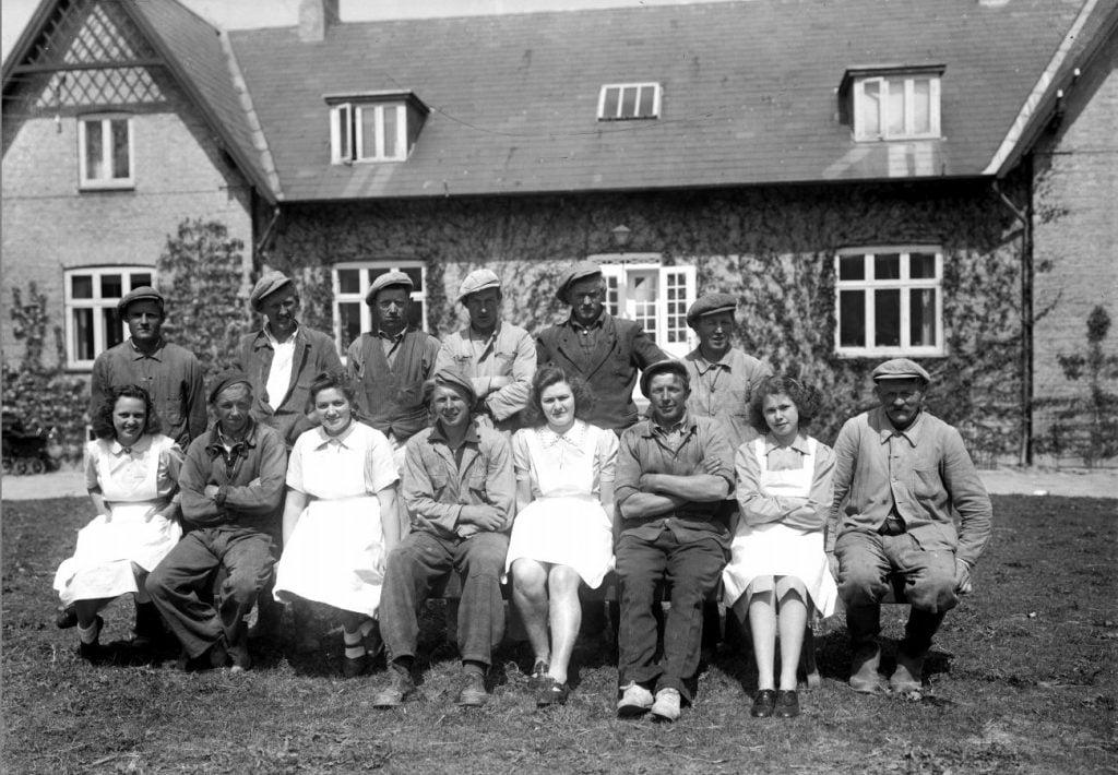 17.13  Vallø gods, 4600 Køge  Æsken mærket 1942