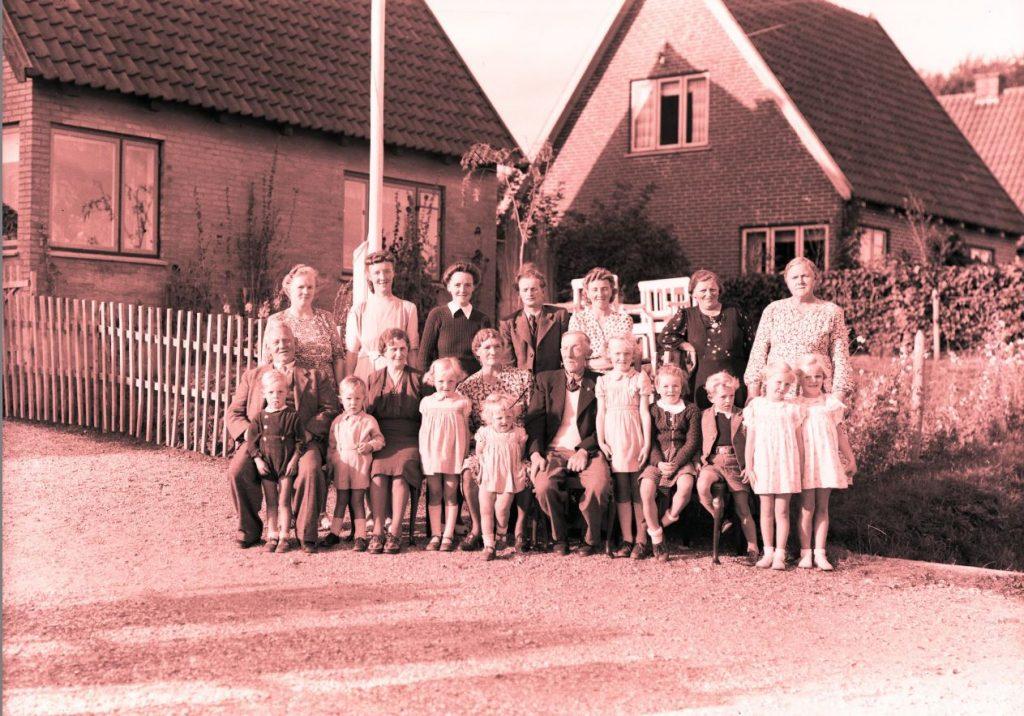 21.10 Betty Højby Hansen skriver :Jeg kan genkende min farmor i den mørke kjole til højre. Hun hed Martha Kirstine Hansen, var gift med Hans Hansen, de boede fra 1920-1946 I Kulmosen, derefter købte de Købmandsbutikken Kimmerslevvej 14.
