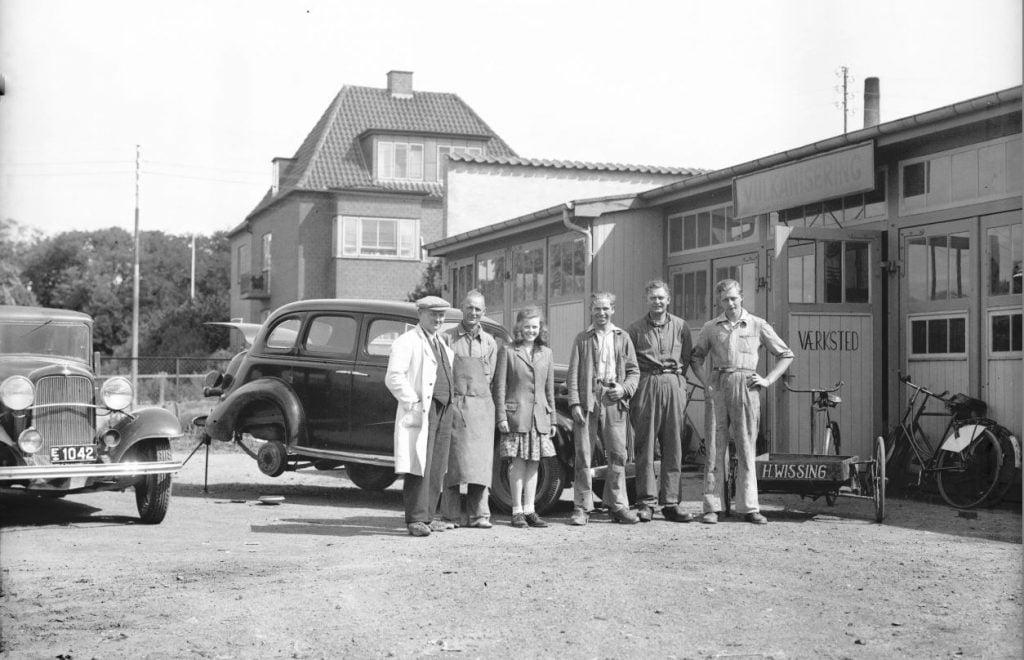 3.1 Ca. 1946-47 H. Wissings vulkaniseringsværksted, Jyllandsgade 11,Ringsted Det er Marius Knudsens Ford år 1933 til venstre med E 1042. Tak til Jens Peter Lieberkind for identifikation.