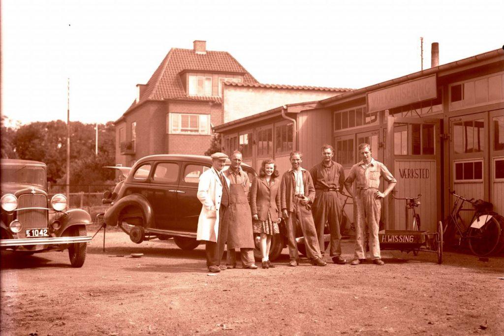 3.2    Ca. 1946-47 H. Wissings vulkaniseringsværksted, Jyllandsgade 11,Ringsted  Det er Marius Knudsens Ford år 1933 til venstre med E 1042.  Tak til Jens Peter Lieberkind for identifikation.