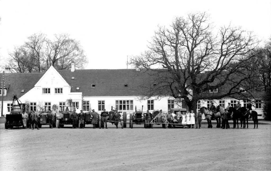38.13  Sorø St. Ladegård, 4180 Sorø  Tidlig Hanomagtraktor nummer to fra højre. Fordson længst til højre.