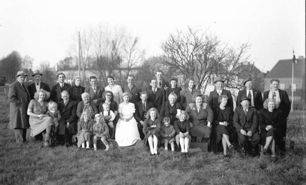 47.10  Familien Ejner og Marie Olsen med konfirmanden.