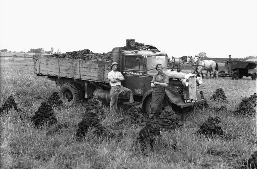 5.1  Lastbil fra Pælegården, Munke Bjergbyvej 47, 4190 Munke Bjergby. Der var fabrikation af tørvebriketter fra 1940-45. Ledet af Johs. Zinkernagel.