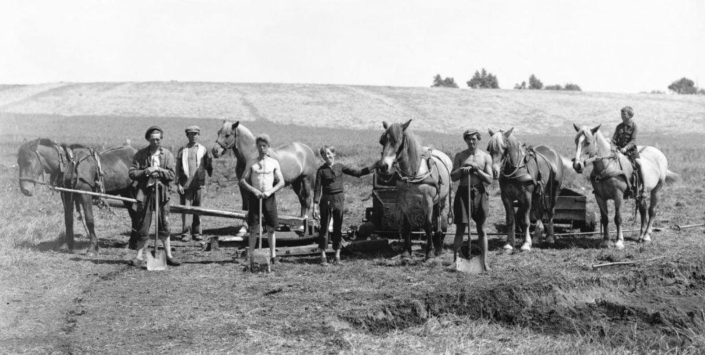 5.8  Må være : Pælegården, Munke Bjergbyvej 47, 4190 Munke Bjergby. Der var fabrikation af tørvebriketter fra 1940-45. Ledet af Johs. Zinkernagel.