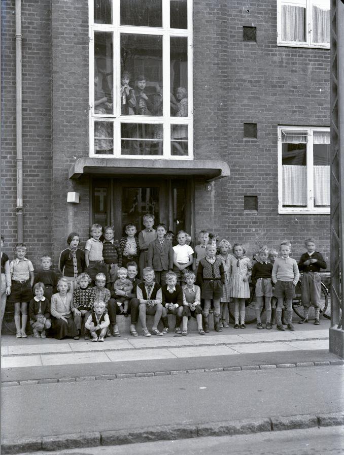 13.17  Skolebillede, men hvor ?  Der står 1953 på æsken.