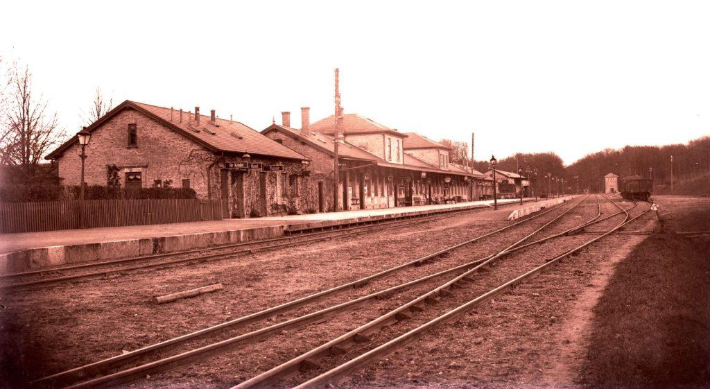 6.1  Sorø station iflg. Peter Heiberg.  Motivet er nok fra ca. 1910. Billederne er vist tilfældigt blandede plader og der findes papirbilleder af de fleste i gammel stil med passepartout.