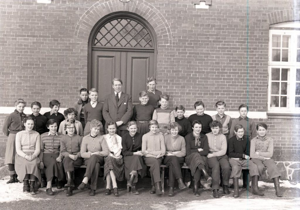 66.19  Konfirmationshold hos pastor Dahn, april 1954